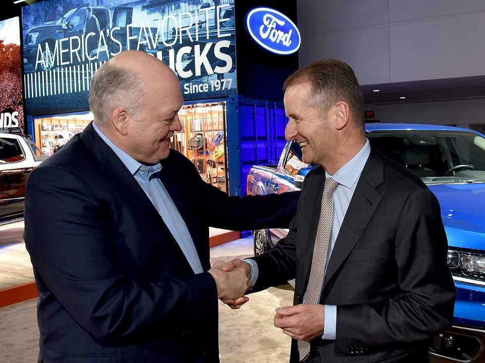 Jim Hackett (esquerda), CEO da Ford, e Herbert Diess, CEO da Volkswagen, anunciam nova aliança global
