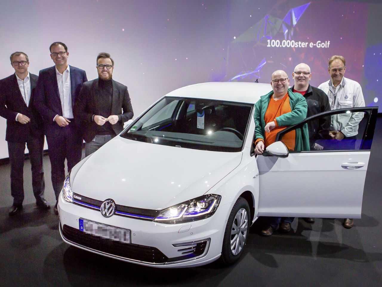 A Volks entregou o 100.000º Golf elétrico para um cliente de Hannover