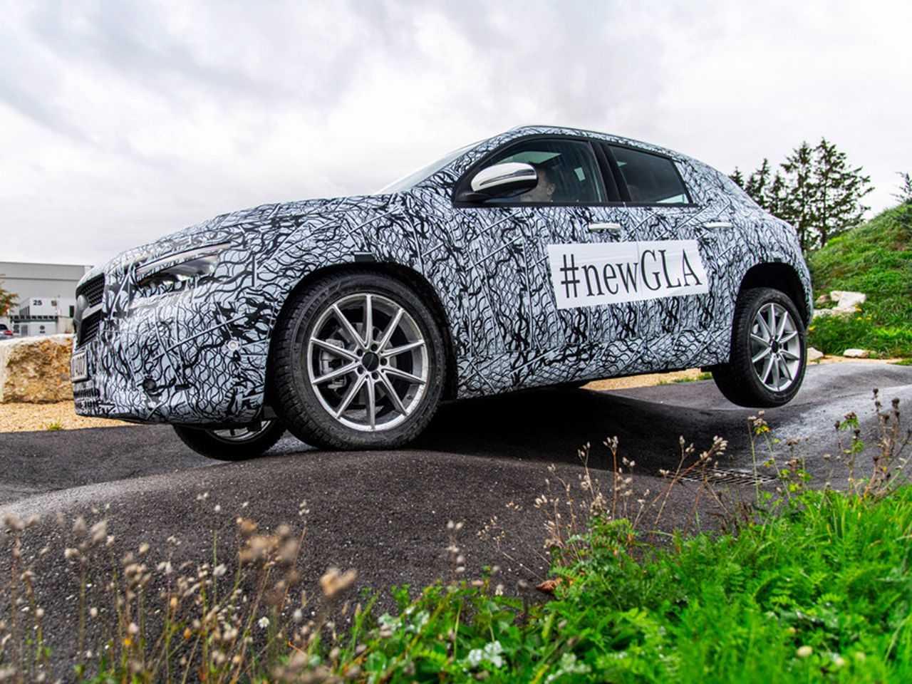 Nova geração do Mercedes-Benz GLA ainda camuflada