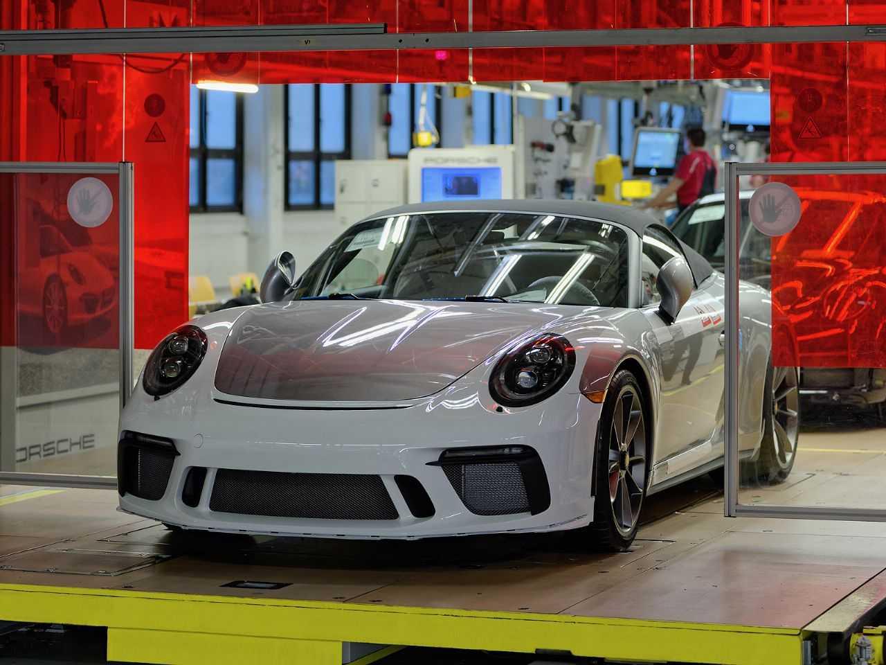 Acima a última unidade do Porsche 911 em sua geração 991 deixando a linha de produção