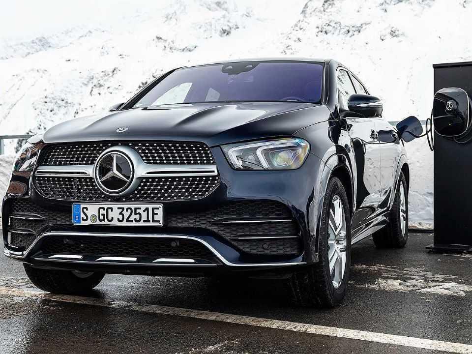 Acima o novo Mercedes-Benz GLE Coupé