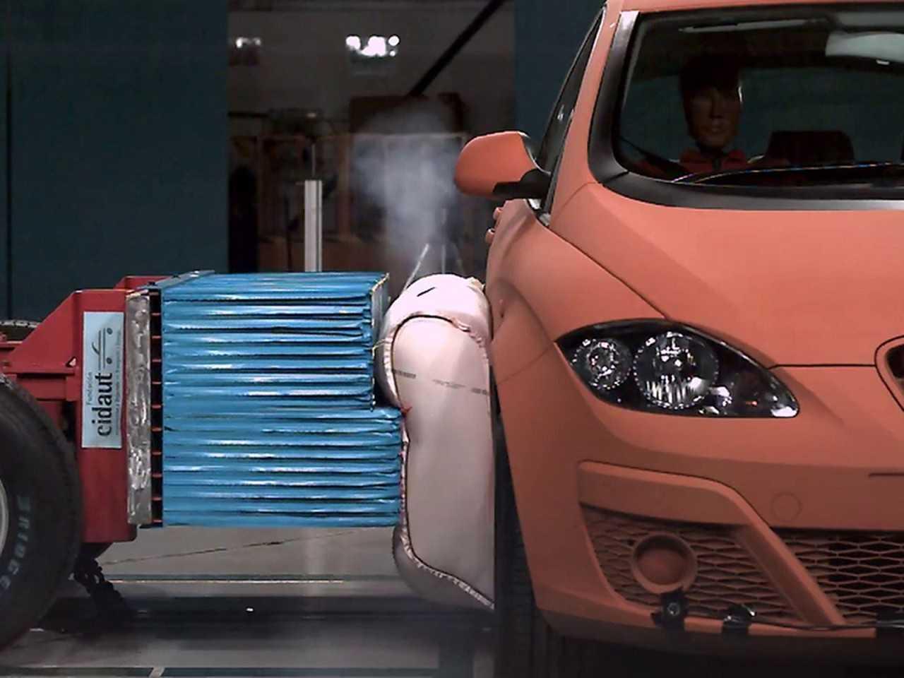 Acima o airbag externo desenvolvido pela ZF em testes