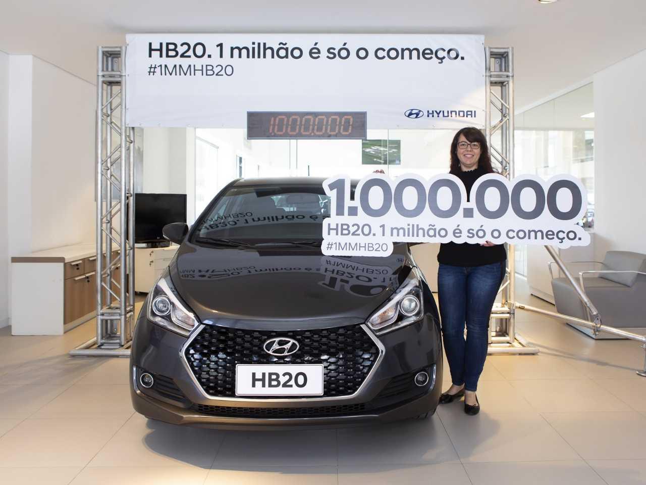 A cliente da Hyundai Carolina Camargo de Oliveira recebe o HB20 número 1 mihão: será mesmo que é só o começo?