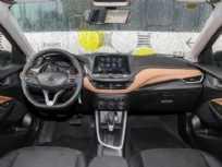 O painel do novo Onix Sedan: central no alto, mas elementos conhecidos