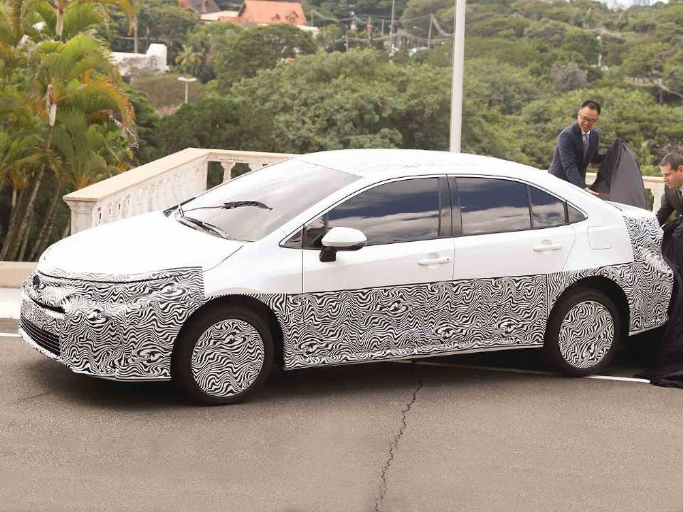 O Toyota Corolla h´brido flex ainda camuflado: quanto você pagaria pela tecnologia?