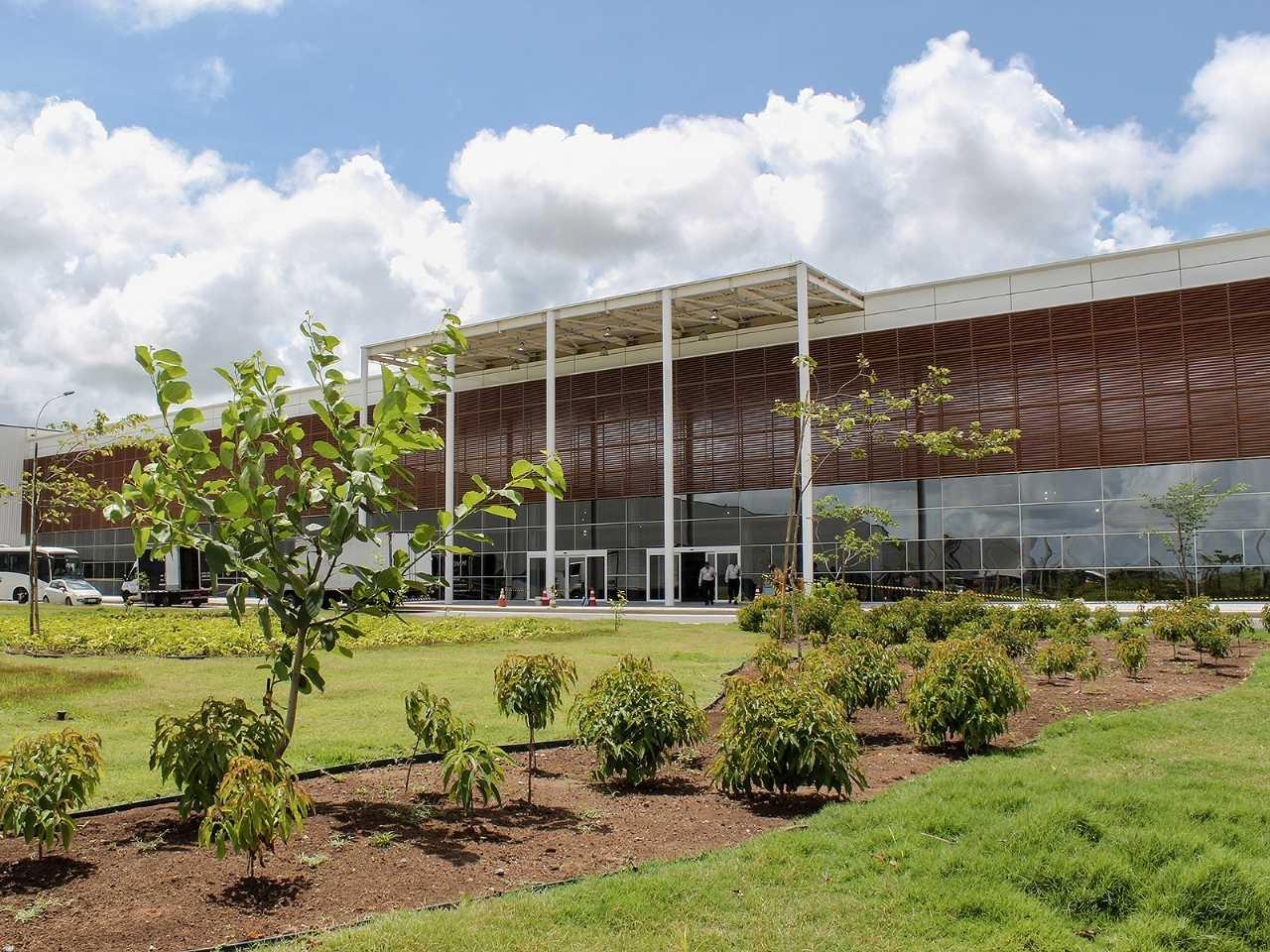 Acima a fachada da fábrica da FCA em Goiana (PE), de onde sairão boas novidades para o mercado brasileiro