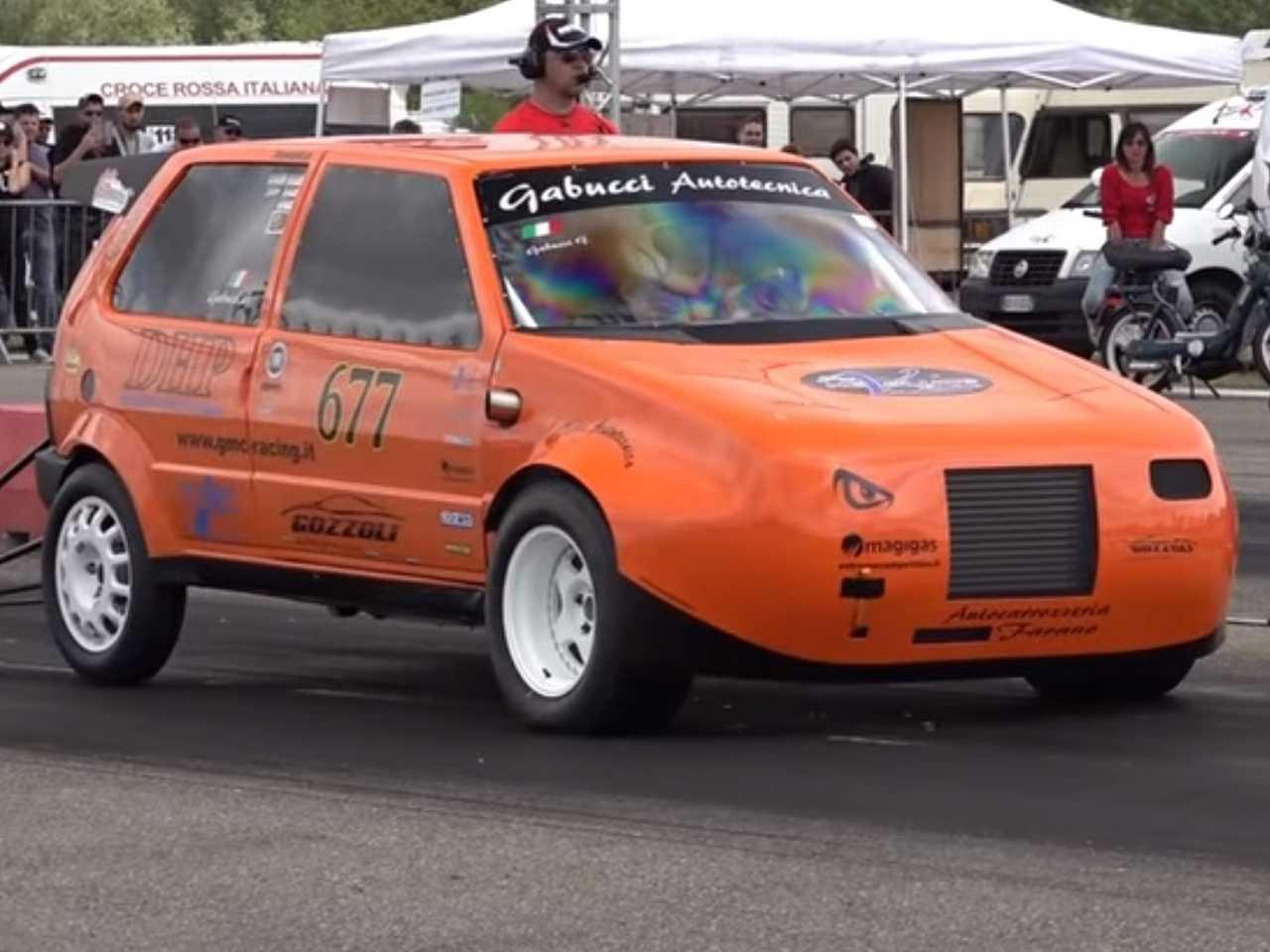 Acima o Fiat Uno que atua em corridas de arrancada na Europa