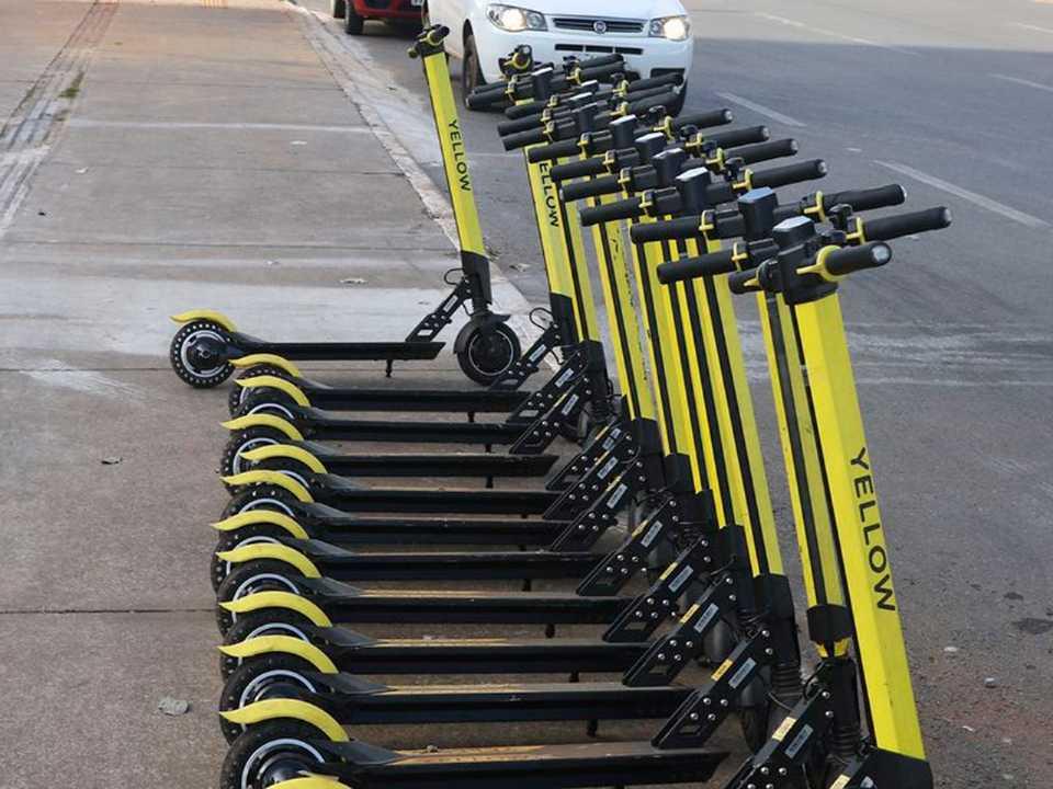 Patinetes elétricos ficam estacionados nas calçadas e basta desbloquear o uso por meio de um aplicativo