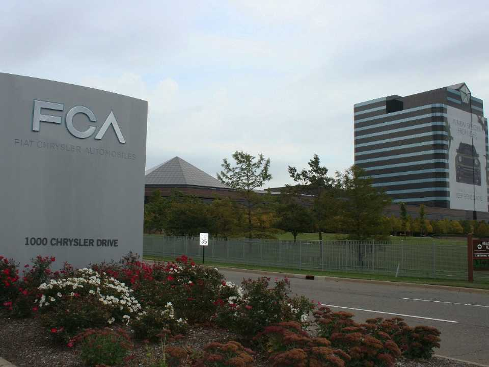Acima a fachada do Chrysler World Headquarters and Technology Center, complexo que faz parte da FCA