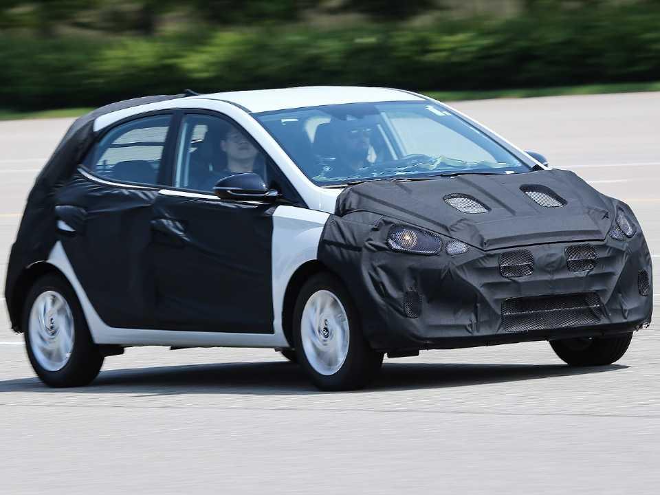 Acima a nova geração do Hyundai HB20 apresentada ainda com camuflagem na Coreia do Sul