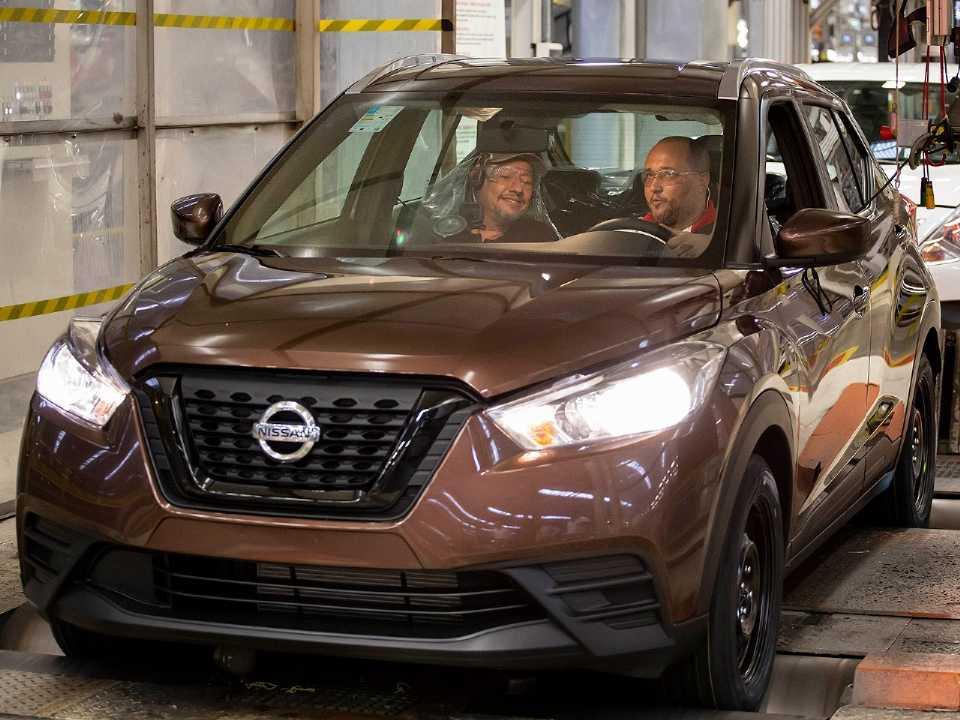 Acima a unidade de número 100 mil do Nissan Kicks saindo da linha de produção em Resende (RJ)