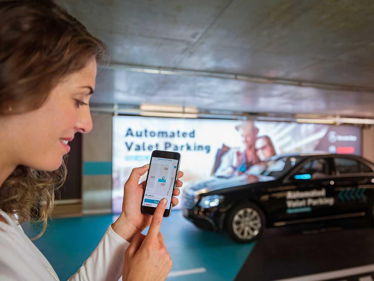 Detalhe do sistema de estacionamento automatizado da Mercedes-Benz e Bosch em funcionamento