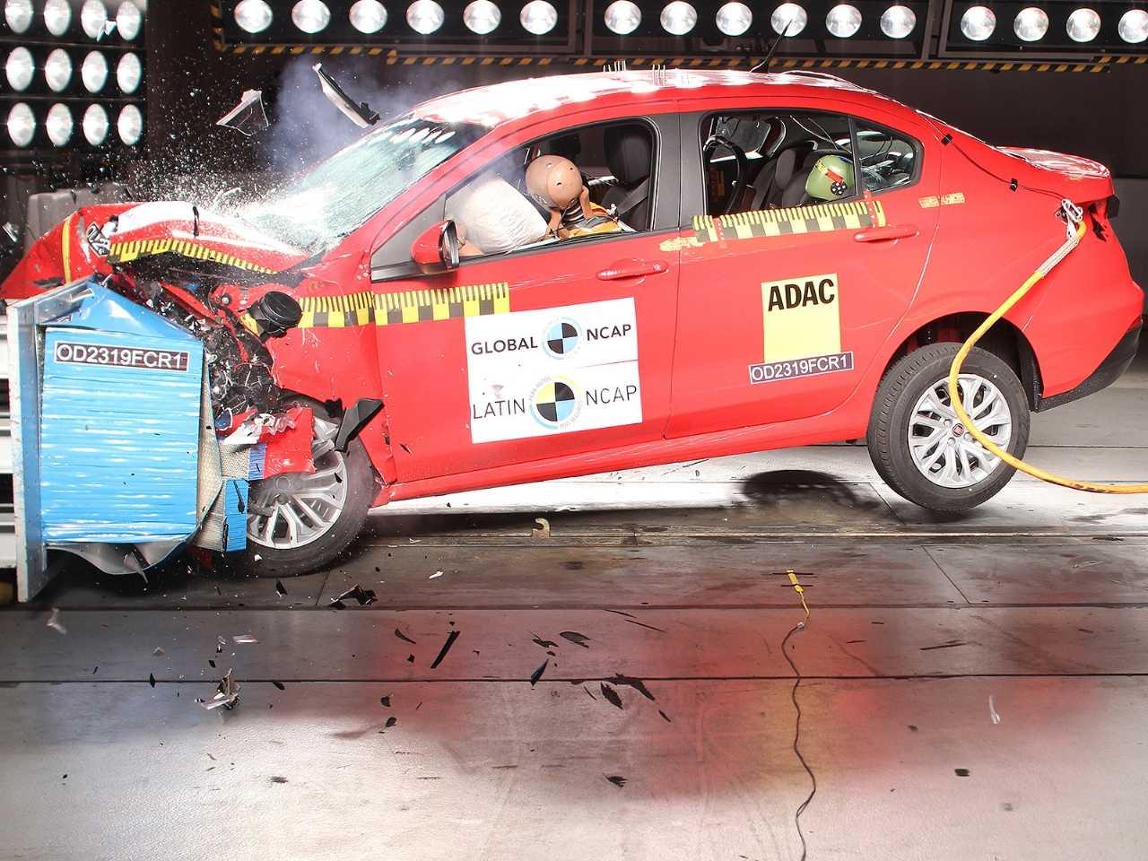 Acima o Fiat Cronos durante avaliação do Latin NCAP