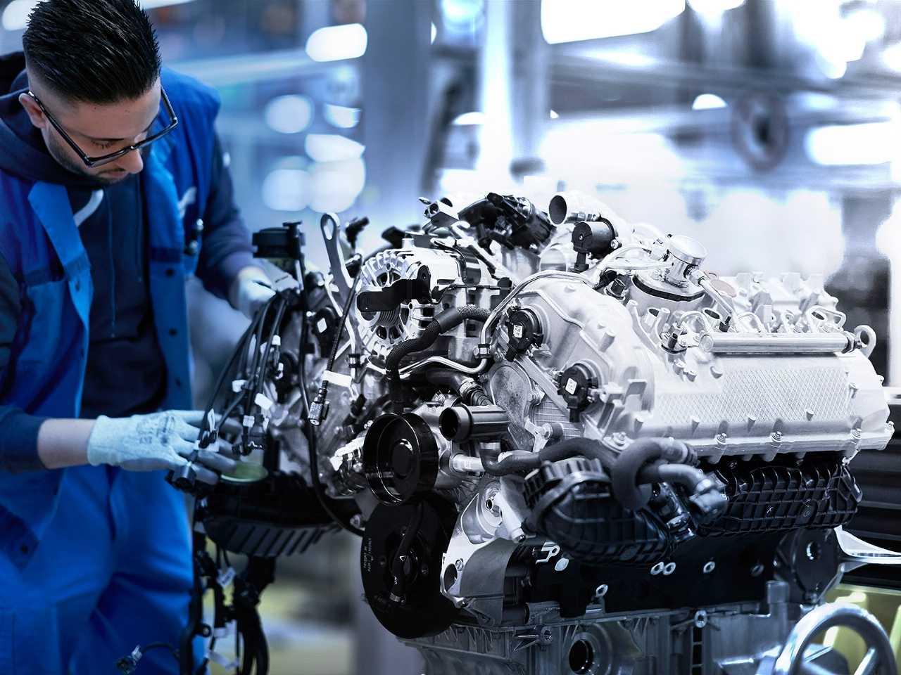 Acima a produção do motor V8 presente no BMW Série 8