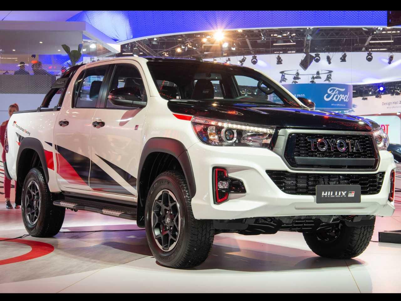 Revelada no Salão de SP 2018, a Hilux GR-S deverá receber a motorização V6 gasolina