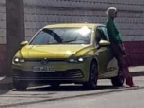 Sem disfarces: VW Golf VIII é flagrado por completo na Europa