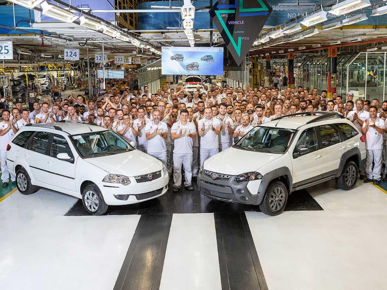 Últimas unidades da Fiat Weekend saindo da linha de produção em Betim (MG)
