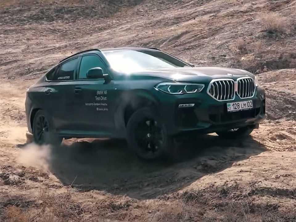 Acima o BMW X6 participando do desafio off-road com outros SUVs premium