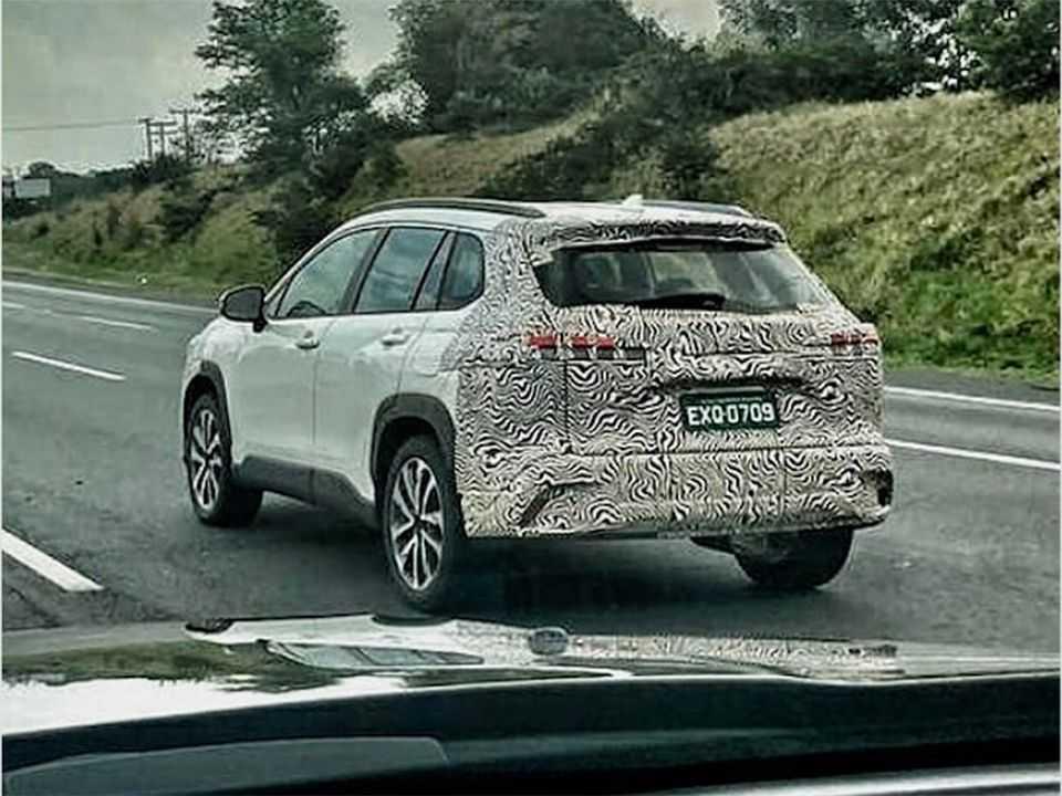 Flagra do Toyota Corolla Cross em teste no Brasil