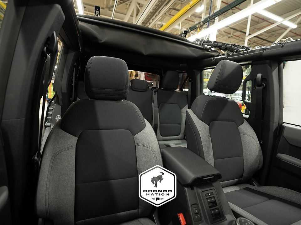 Interior do Ford Bronco em seu catálogo de entrada Base