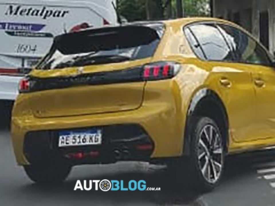 Peugeot 208 GT-Line flagrado na Argentina