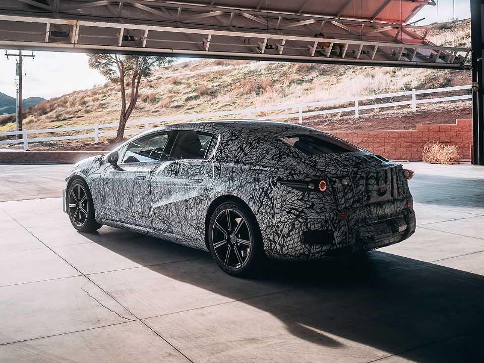 Acima protótipo do futur Mercedes-Benz EQS