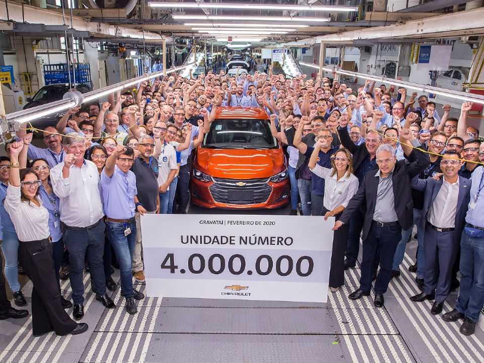 Colaboradores da GM e autoridades celebram o feito de 4 milhões de unidades produzidas em Gravataí (RS)