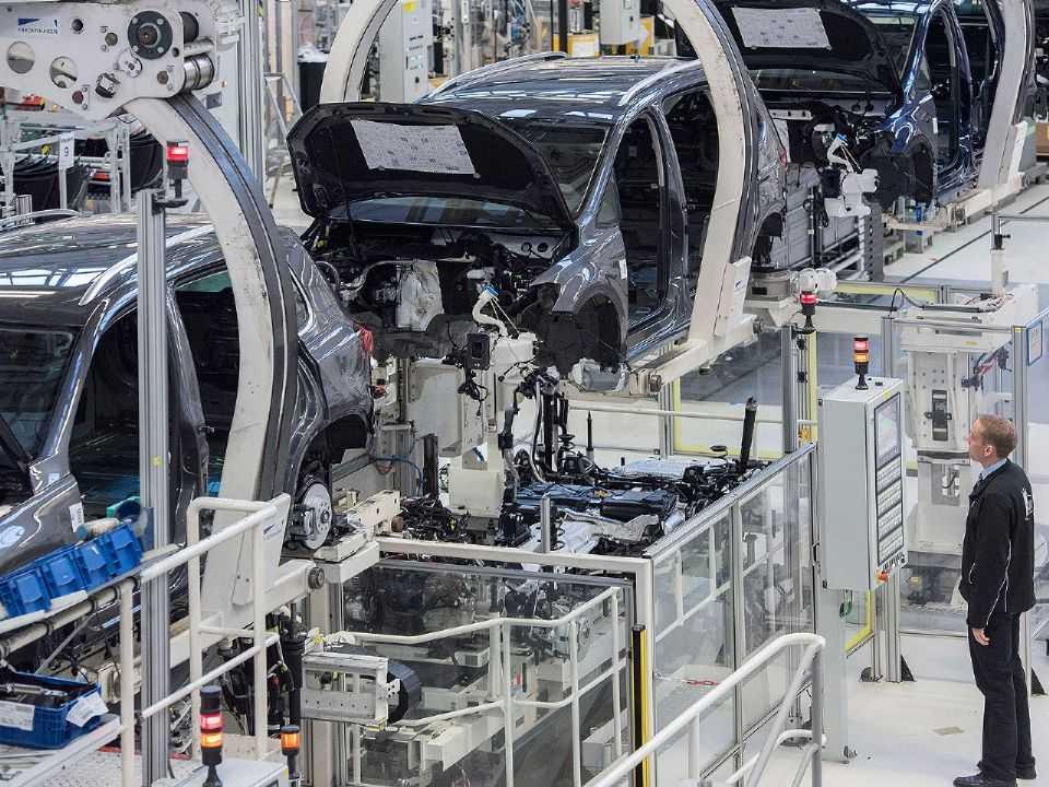 Linha de produção da Volkswagen em Wolfsburg, sede mundial da companhia