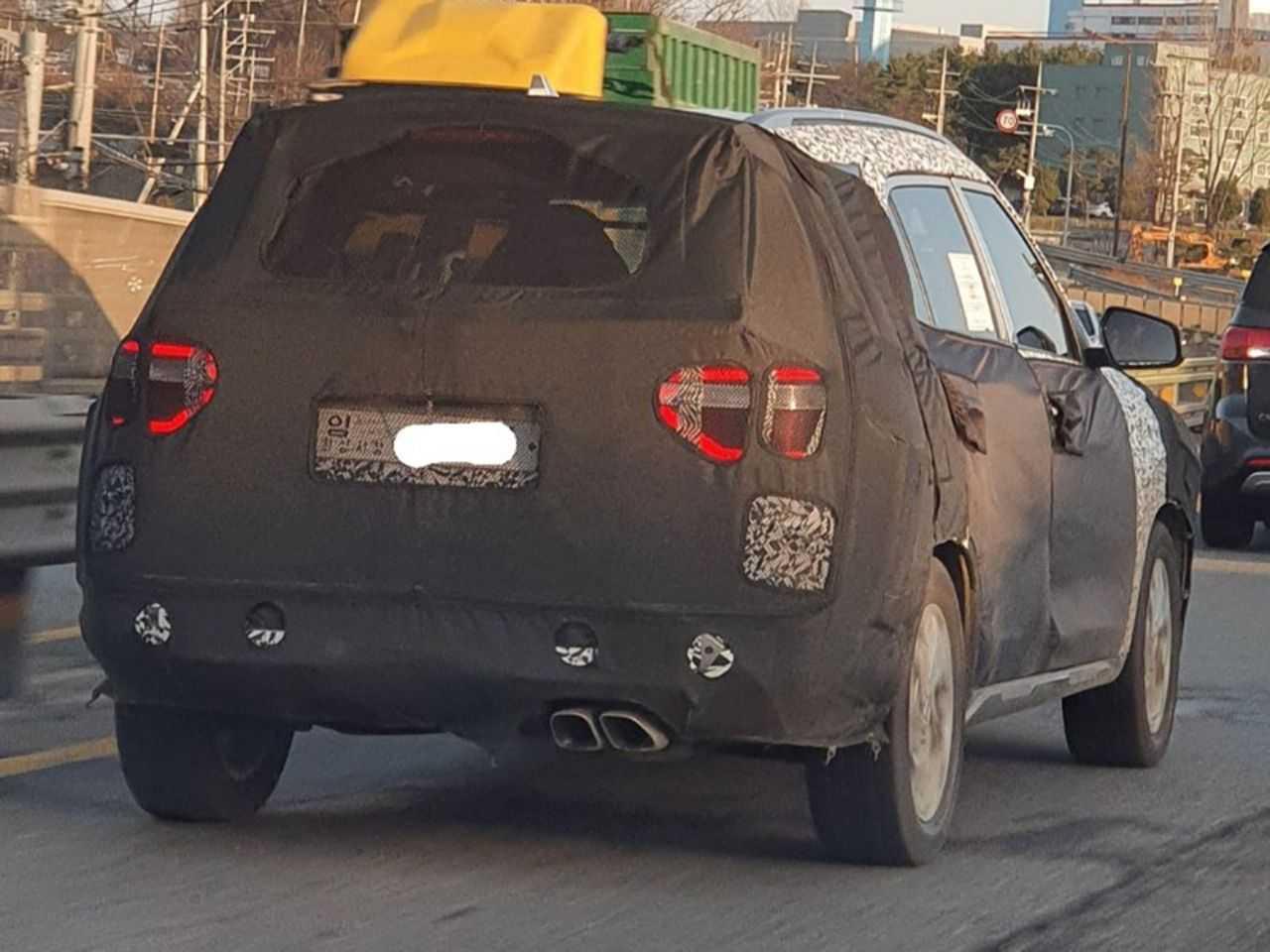 Mais um flagra do inédito Creta 7 lugares: visual próprio para a traseira do SUV