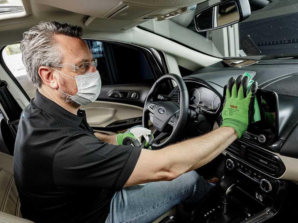 Homem higienizando o carro