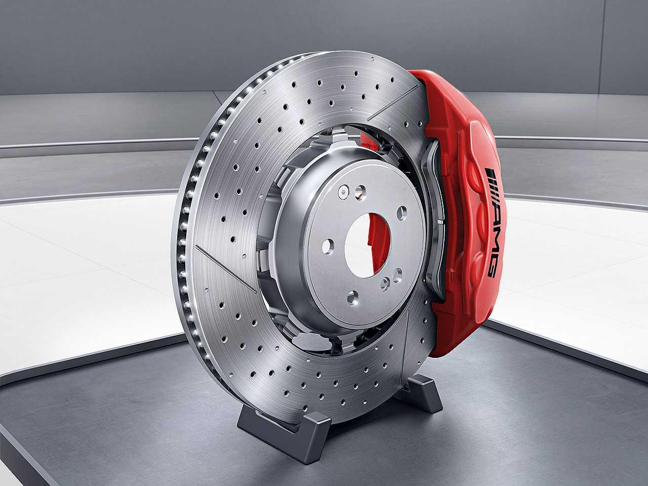 Acima o freio de alta performance utilizado pela Mercedes-AMG