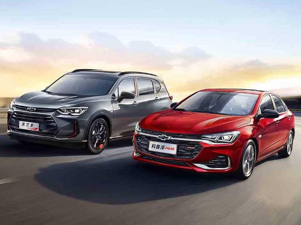 Acima o Chevrolet Orlando (esq.) ao lado do Monza: sedan inaugurou o sistema híbrido-leve em maio deste ano