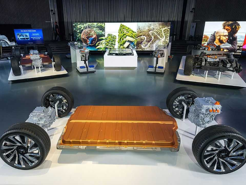 Acima a nova plataforma para modelos elétricos da GM e o inédito sistema de bateria Ultium: autonomia estimada superior a 660 quilômetros