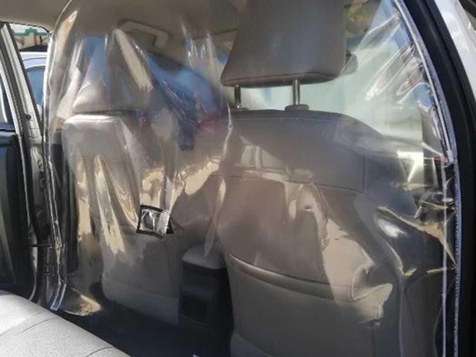 Acima o separador de cabine instalado em um Corolla