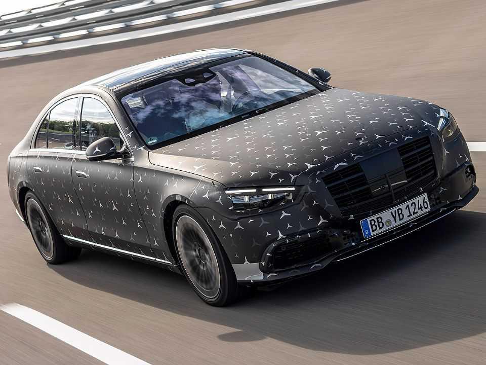 Acima a nova geração do Mercedes-Benz Classe S ainda camuflada
