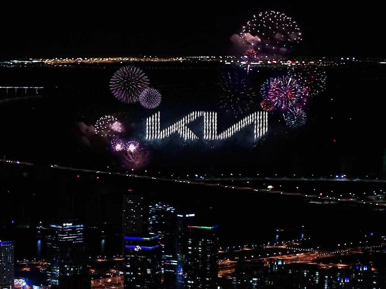 Novo logotipo da Kia foi revelado durante uma exibição pirotécnica nos céus de Incheon, Coréia do Sul