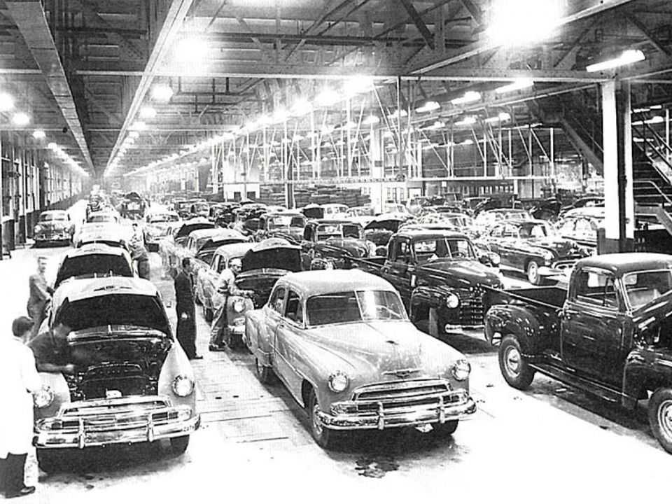 Linha de montagem da General Motors do Brasil no Grande ABC paulista dos anos 1950