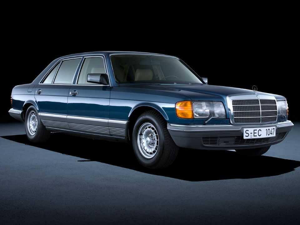 Acima o Mercedes-Benz 500 SEL: há 40 anos, modelo combinou o airbag para o motorista com cintos de segurança autorretráteis