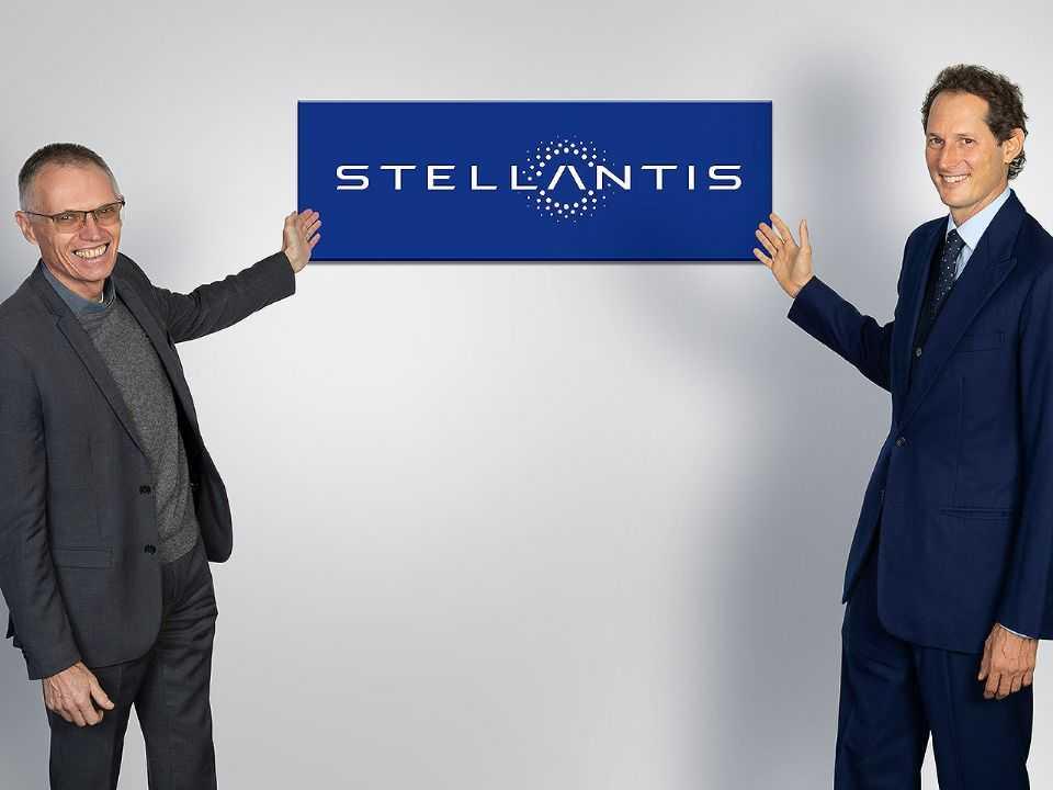Carlos Tavares (esquerda), CEO da Stellantis, e John Elkann, presidente do conselho administrativo da nova empresa