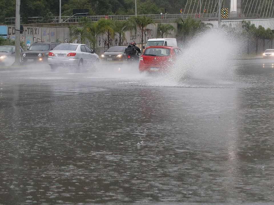 Confira alguns cuidados na hora de trafegar por vias sob chuva intensa