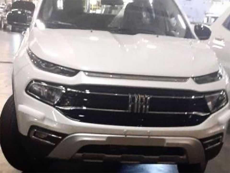 Flagra da nova Fiat Toro 2022 antecipando a dianteira reformulada da picape