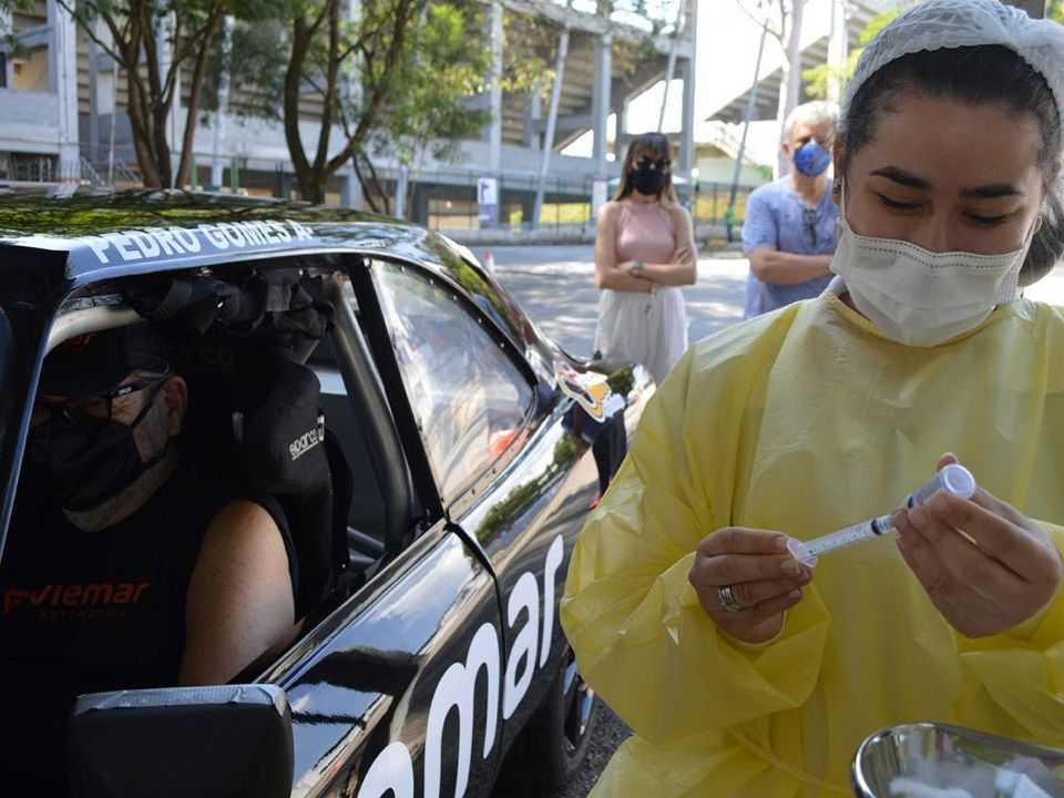 Paulo Gomes durante vacinação no drive-thru montado no Autódromo de Interlados (SP)