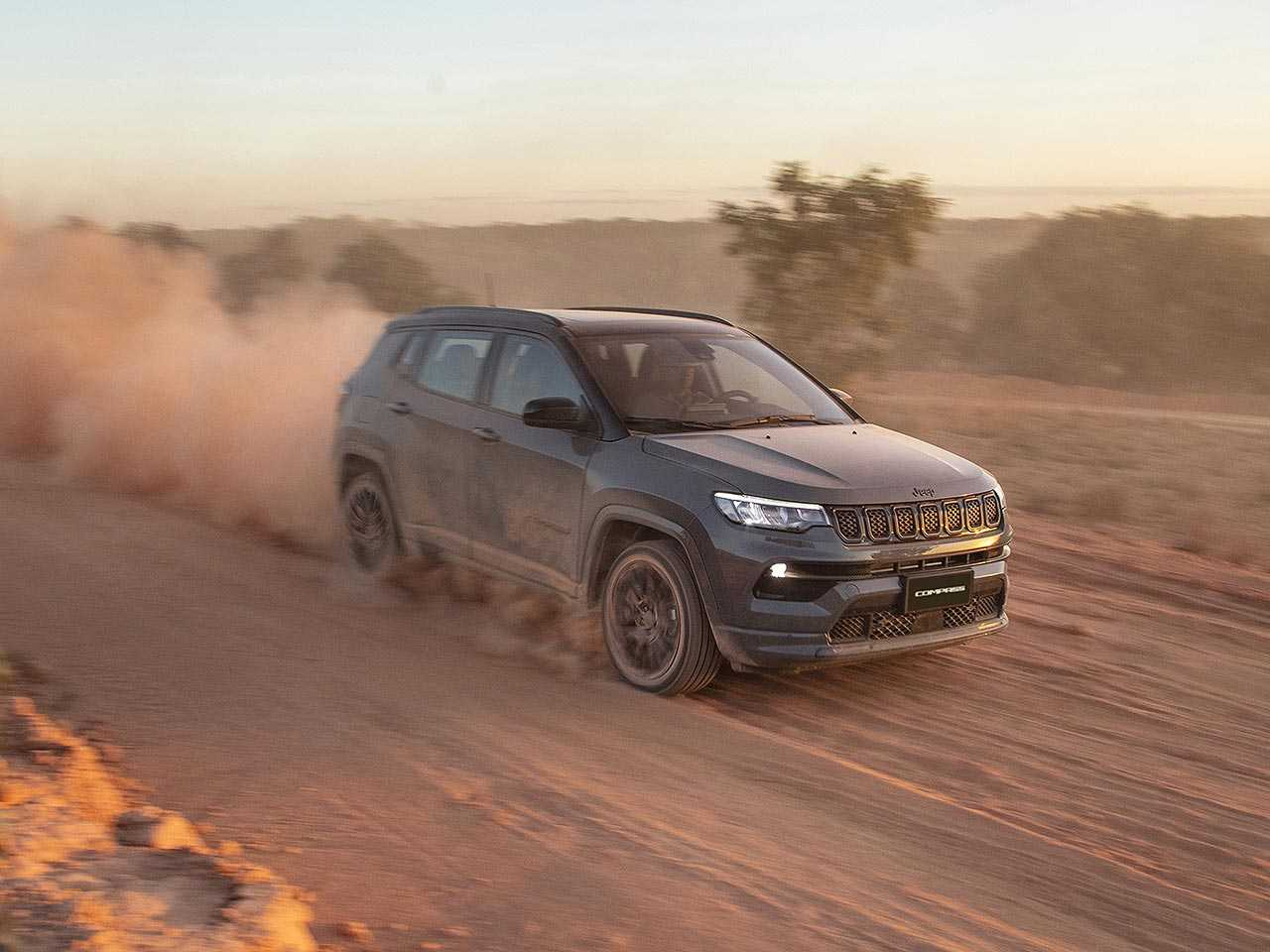 Jeep Compass segue deixando os concorrentes comendo poeira...