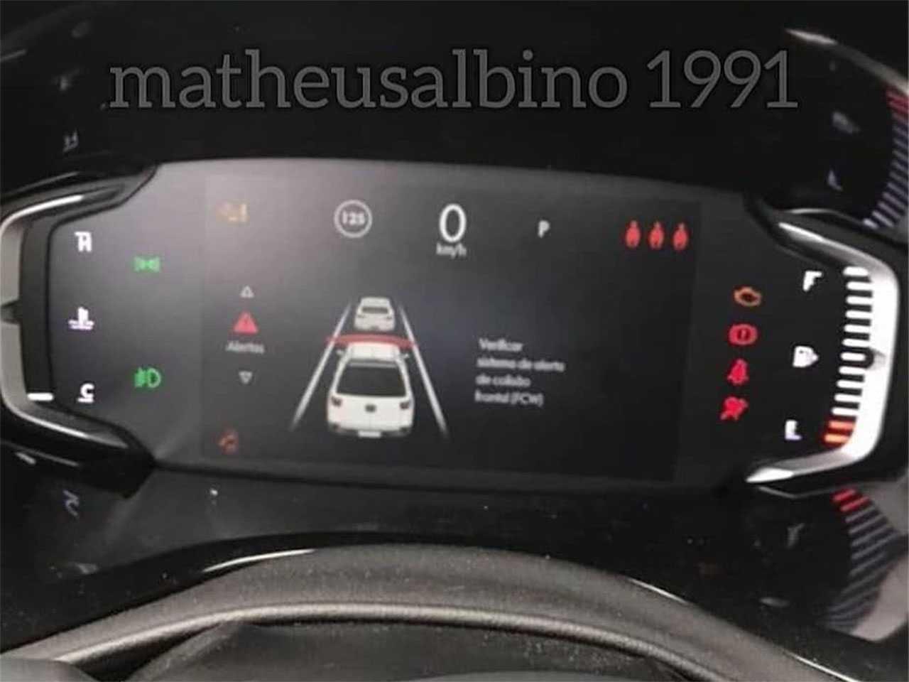 Detalhe do painel digital da nova Toro 2022 indicando a presença do alerta de colisão