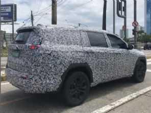 Flagra antecipa carroceria definitiva do SUV 7 lugares da Jeep