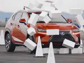 Carro ''cega'' motoristas por 4,6 segundos e mostra os perigos de teclar ao volante