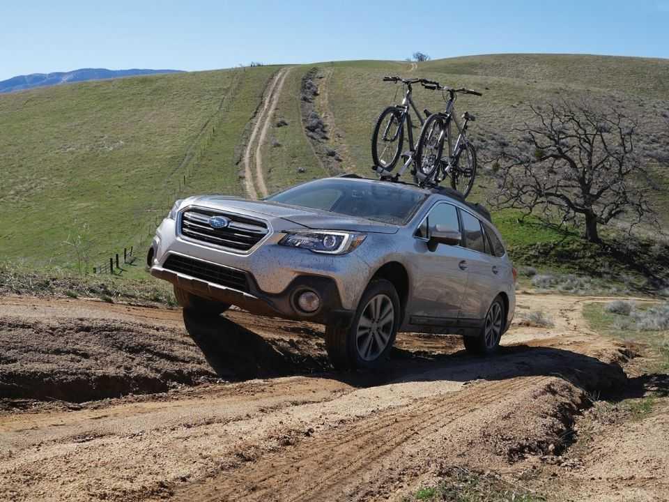 Subaru Outback subindo rampa de terra