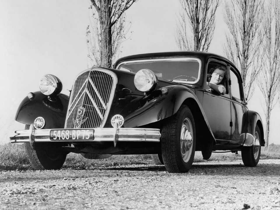 Acima o Citroën Traction Avant, primeiro automóvel com tração dianteira, lançado em 1934