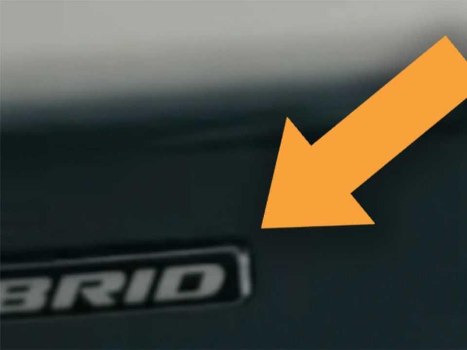 Detalhe do logotipo Hybrid identificando a versão eletrificada da picape