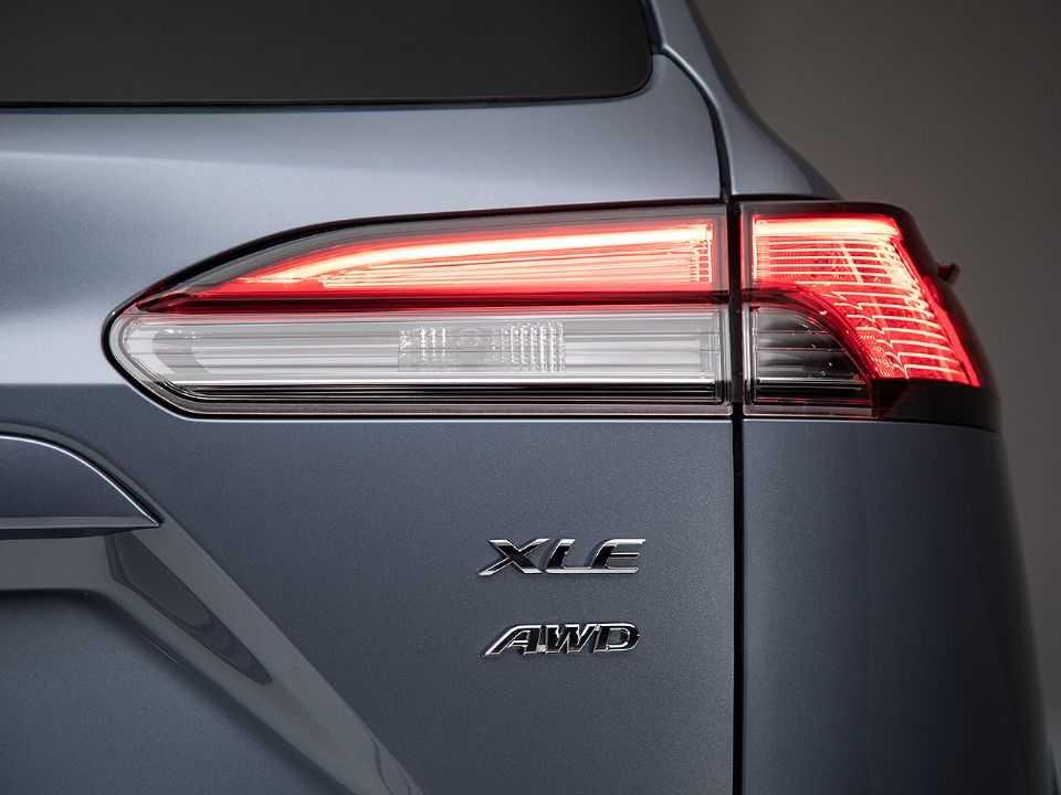 Logotipo AWD identifica a presença de tração integral no Toyota Corolla Cross vendido nos EUA